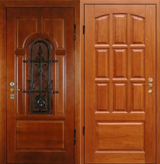 Дверь с отделкой массивом дерева